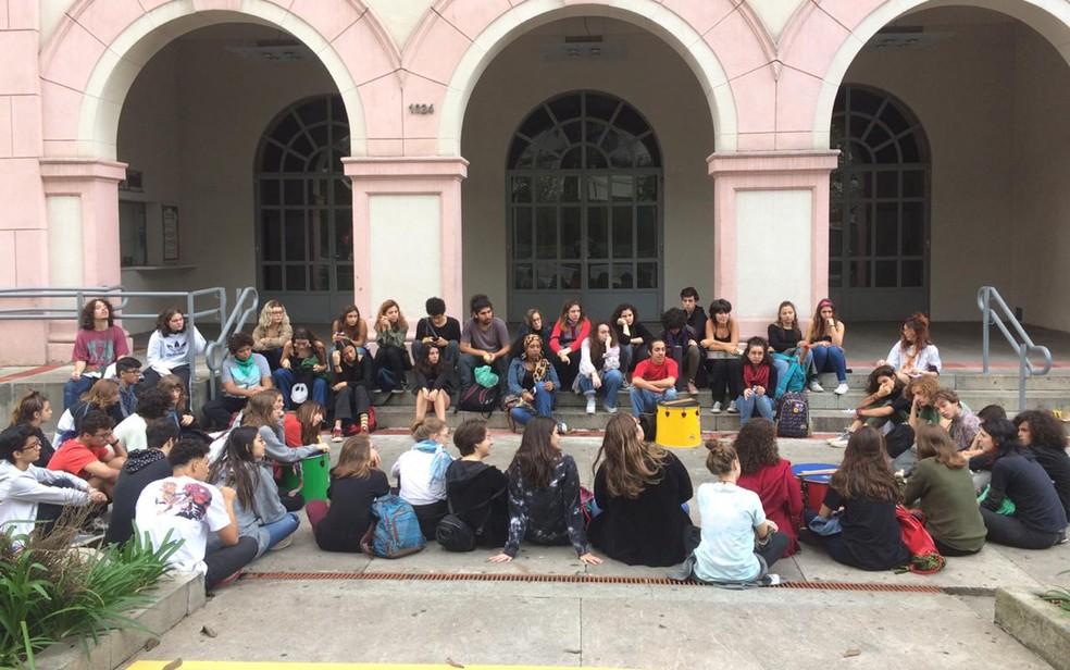 Alunos do Colégio São Domingos fazem panfletagem explicando a paralisação em escolas de Perdizes — Foto: Paula Paiva Paulo/G1