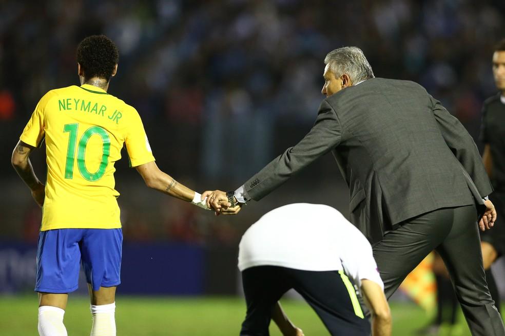 Tite e Neymar durante o duelo com o Uruguai, em 2017 (Foto: Lucas Figueiredo/CBF)