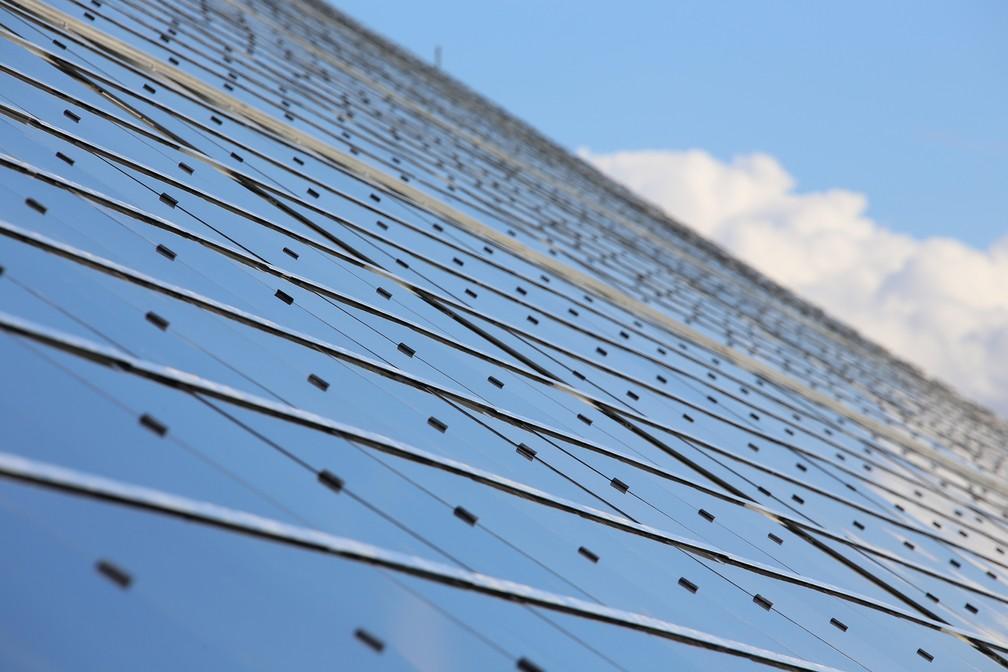 Devido à ineficiência de transmissão de eletricidade por longas distâncias, os painéis solares de terraços tendem a ser mais eficientes do que as remotas fazendas solares — Foto: Tek Energy/Divulgação