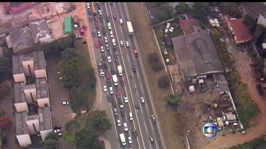 Buraco em rodovia causa grande congestionamento em SP