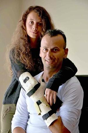 Annalise e o pai, Rodney, após o acidente (Foto: StarWeekly)