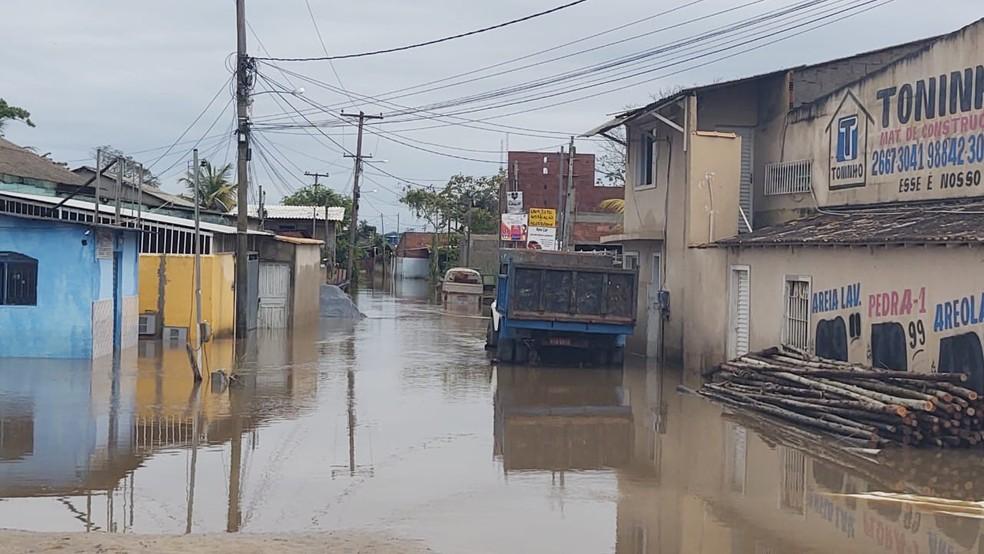 Ruas continuam alagadas e moradores precisam sair de casa após forte chuva — Foto: Paulo Henrique Cardoso/Inter TV RJ
