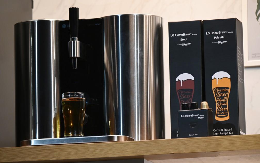 LG mostra máquina de fazer cerveja em cápsulas, como as cafeteiras — Foto: Robyn Beck/AFP