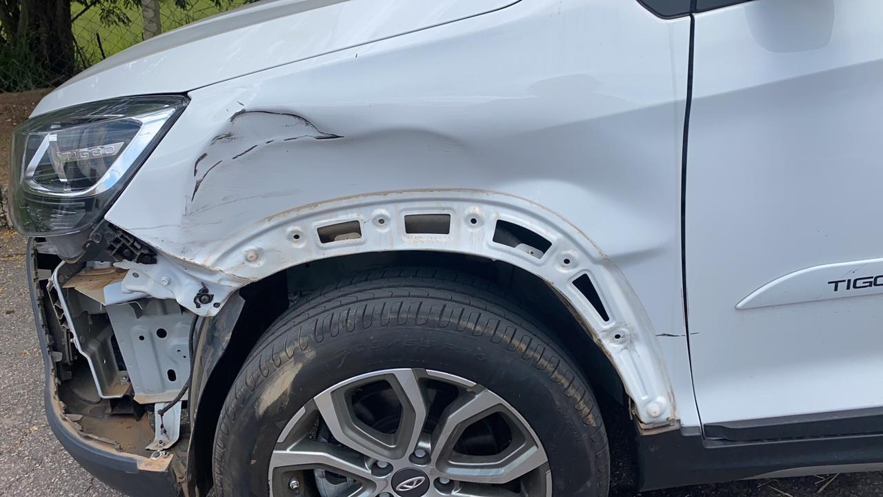 Carro da lutadora do UFC, Amanda Ribas, é atingido por caminhão de lixo em cruzamento de Varginha, MG