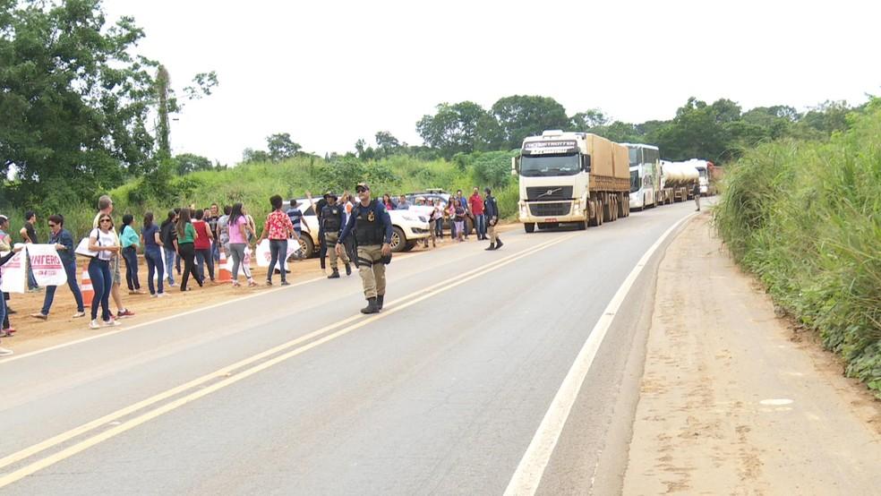 Com a presença de faixas, os professoram pediam por respeito às reivindicações da categoria (Foto: Rede Amazônica/Reprodução)