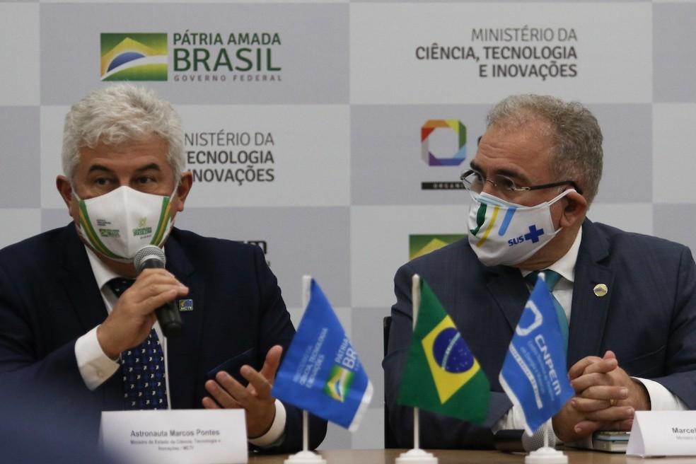 Ministro da Ciência, Marcos Pontes, e o ministro da Saúde, Marcelo Queiroga, em visita ao Sirius nesta segunda-feira (17) — Foto: Luciano Claudino/Código19