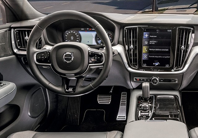 """Comparativo: Volvo S60 T8 R-Design e  BMW 330i M Sport - no S60, a central multimídia de 9"""" na posição vertical é a grande atração (Foto: Chris Castanho)"""