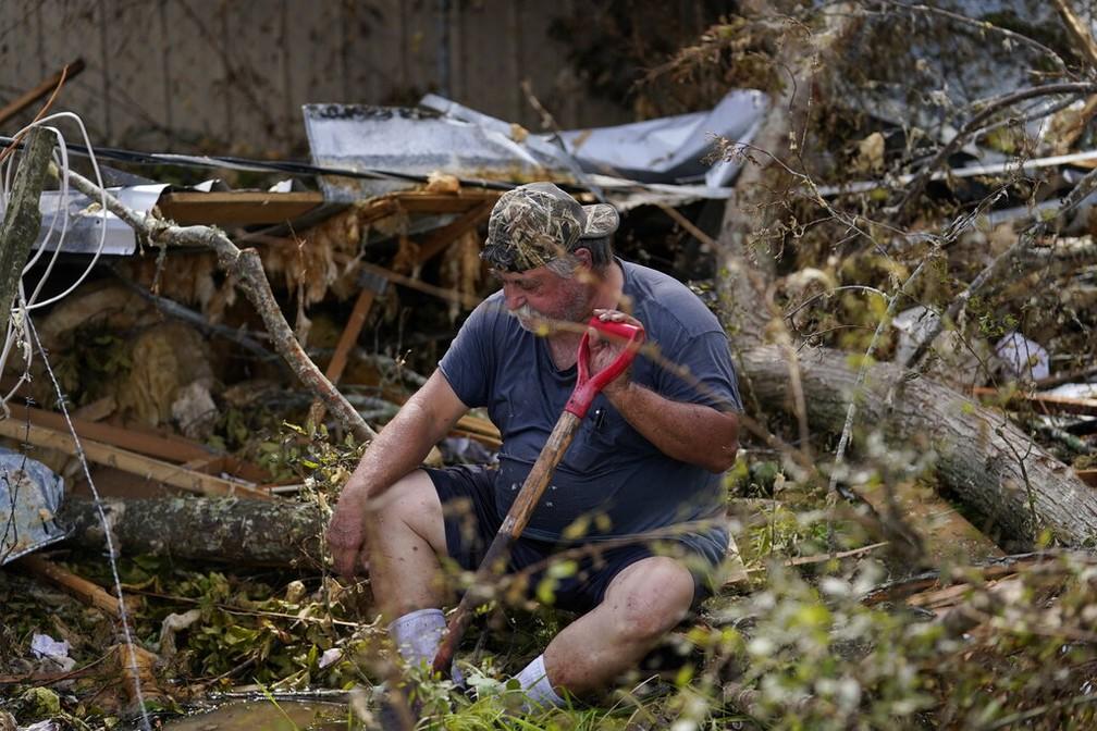 Bradley Beard descansa no sábado (29) após trabalhar nos escombros de sua casa em Hackberry, Louisiana, derrubada pelo furacão Laura — Foto: Gerald Herbert/AP Photo
