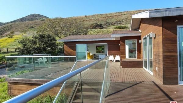 Casa ocupa uma área de 1,5 hectare e conta com vista para o mar e para a montanha (Foto: Reprodução/Redfin.com)