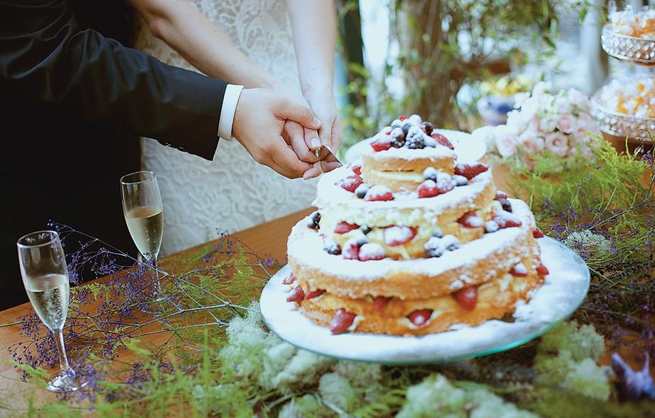 """O bolo sem cobertura, conhecido como """"naked cake"""", é lindo e mais apetitoso. Este foi feito pela irmã da noiva, Carolina Tikerpe, da Tikerpe Gastronomia Natural"""