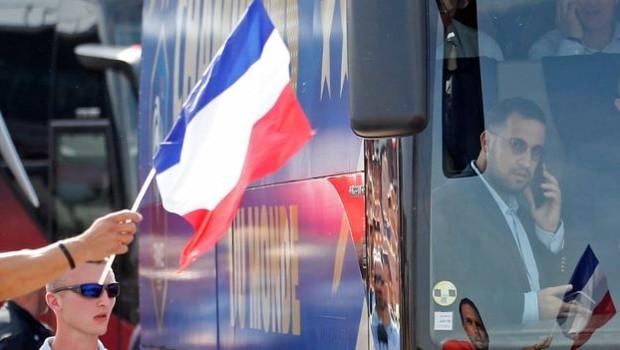 Após suspensão, Benalla foi visto dentro do ônibus que transportou a seleção francesa de futebol (Foto: Reuters via BBC)