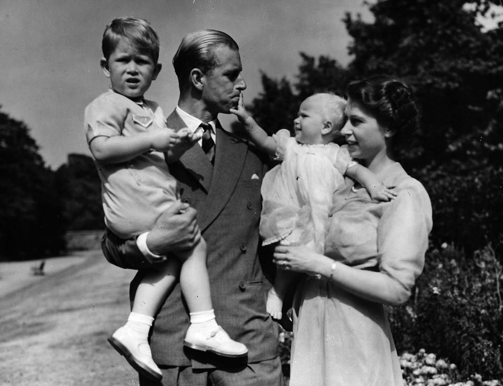 Nesta foto de arquivo de agosto de 1951, a princesa Elizabeth está com seu marido, o duque de Edimburgo e seus filhos, o príncipe Charles e a princesa Anne, na residência do casal em Londres — Foto: Eddie Worth/AP/Arquivo