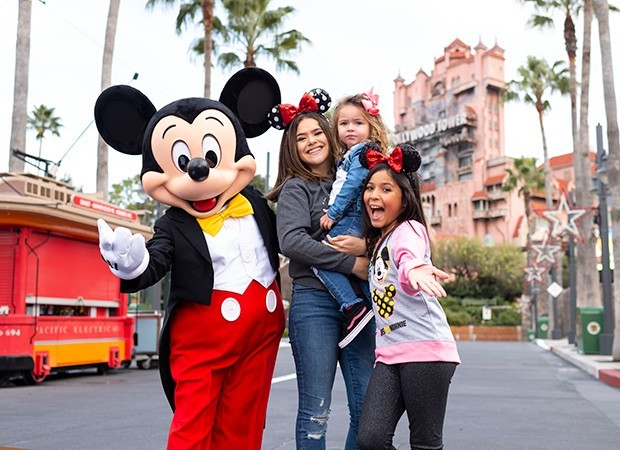Mickey Mouse recebe Maisa com as primas Valentina Meira e Gabrielly Saiury no Hollywood Studios (Foto: Charlene Guilliams/ Walt Disney World Resort)