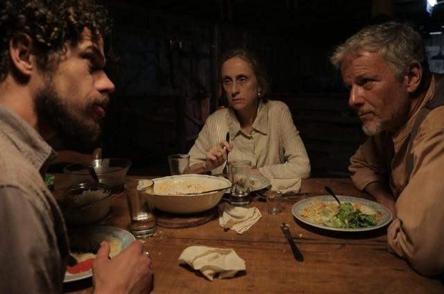José Loreto, Betty Gofman e Marcello Novaes em 'A cerca' (Foto: Divulgação)