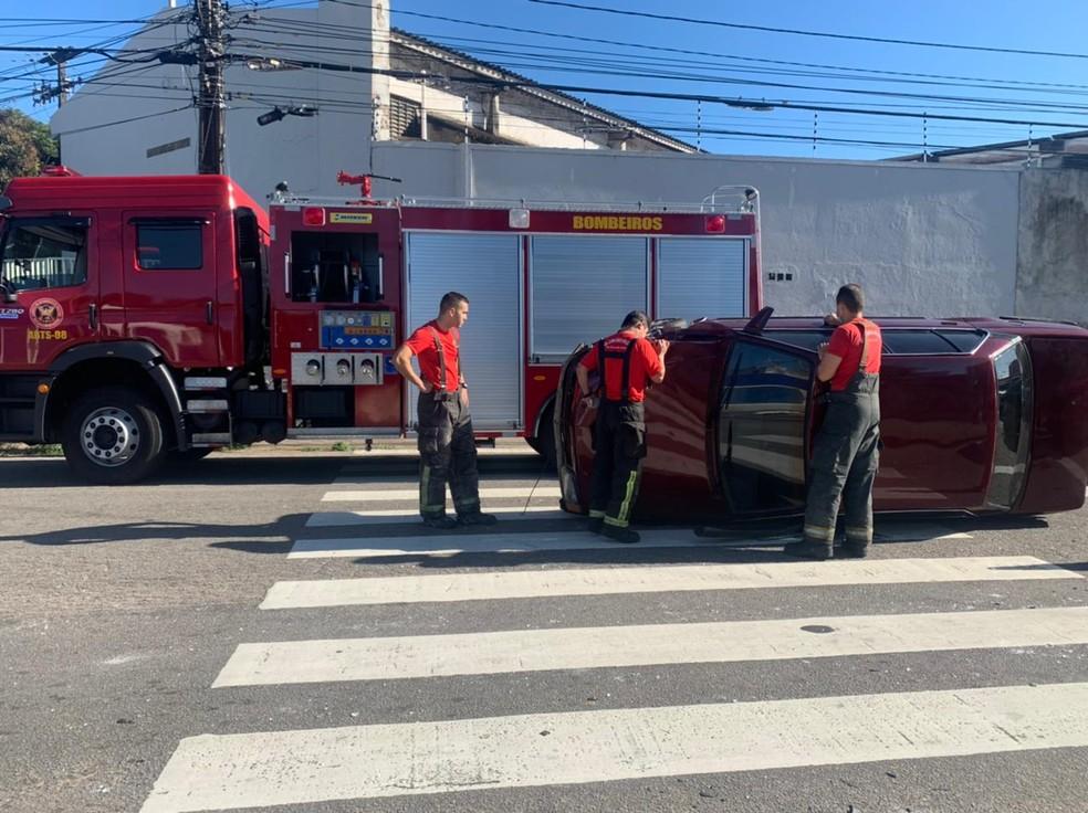 Carro capota em Natal  — Foto: Carlos Dhaniel/Inter TV Cabugi