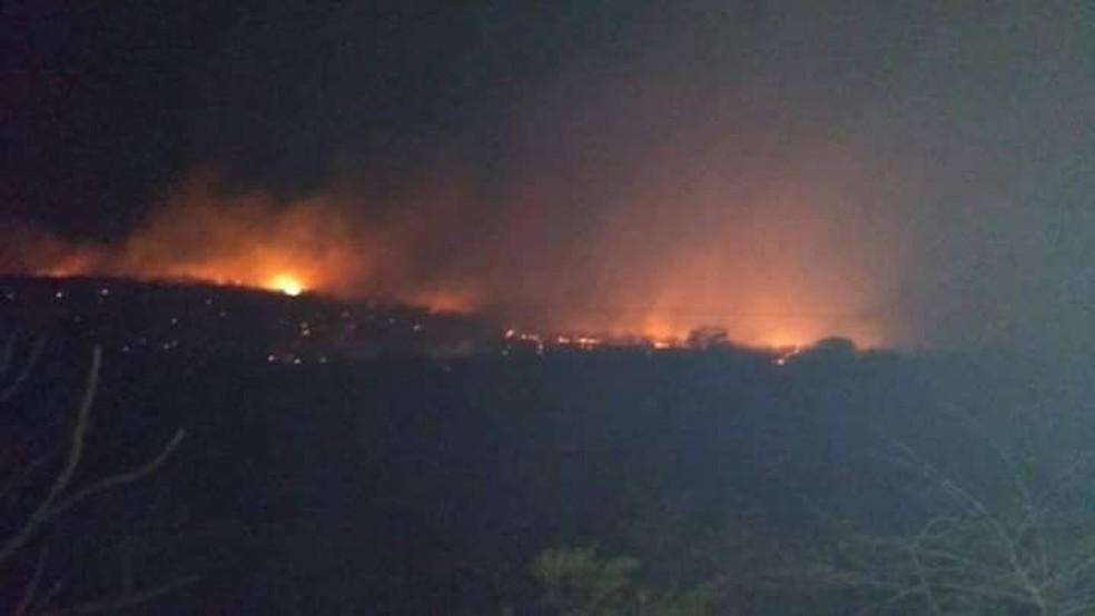 Incêndio atinge área de mata entre as cidade de Lajes e Angicos (Foto: Cedida)