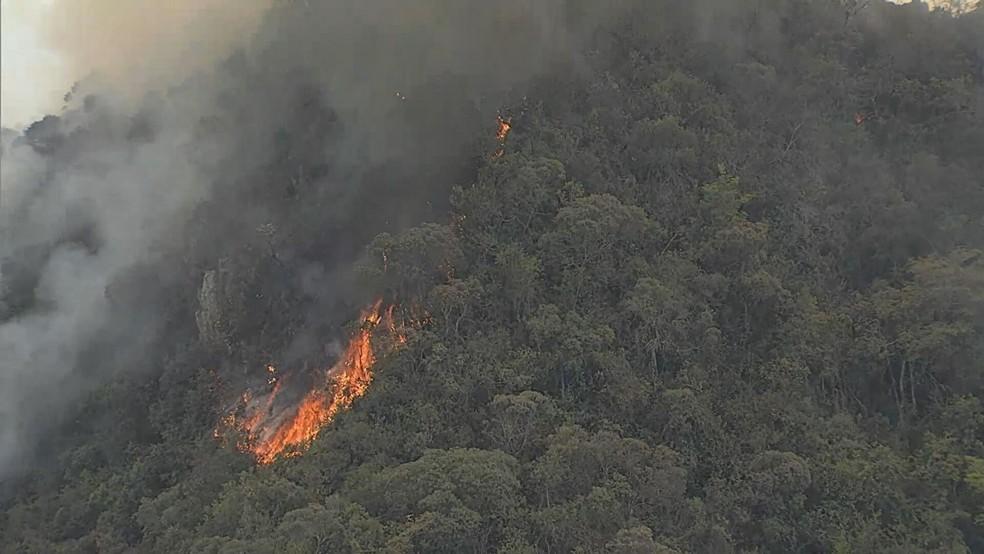 Fogo na Serra da Farofa em São Joaquim de Bicas, na Grande BH, no início da tarde desta quarta — Foto: Reprodução TV Globo