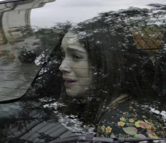 Jovem é levada para a cadeia (Foto: TV Globo)