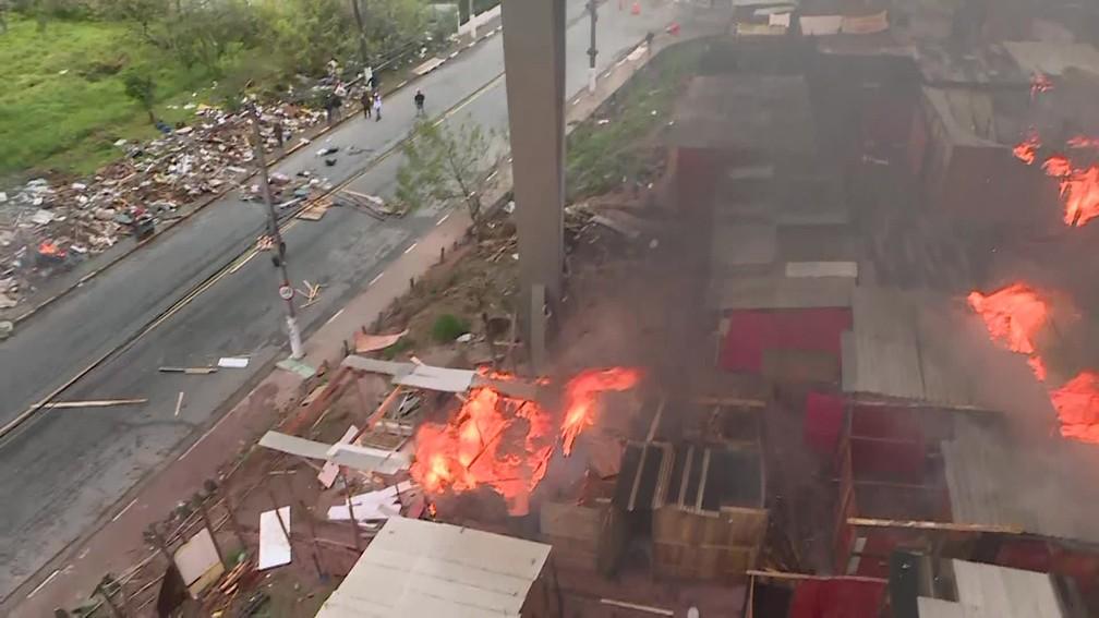 Barracos pegam fogo durante reintegração de posse em Diadema — Foto: Reprodução/TV Globo