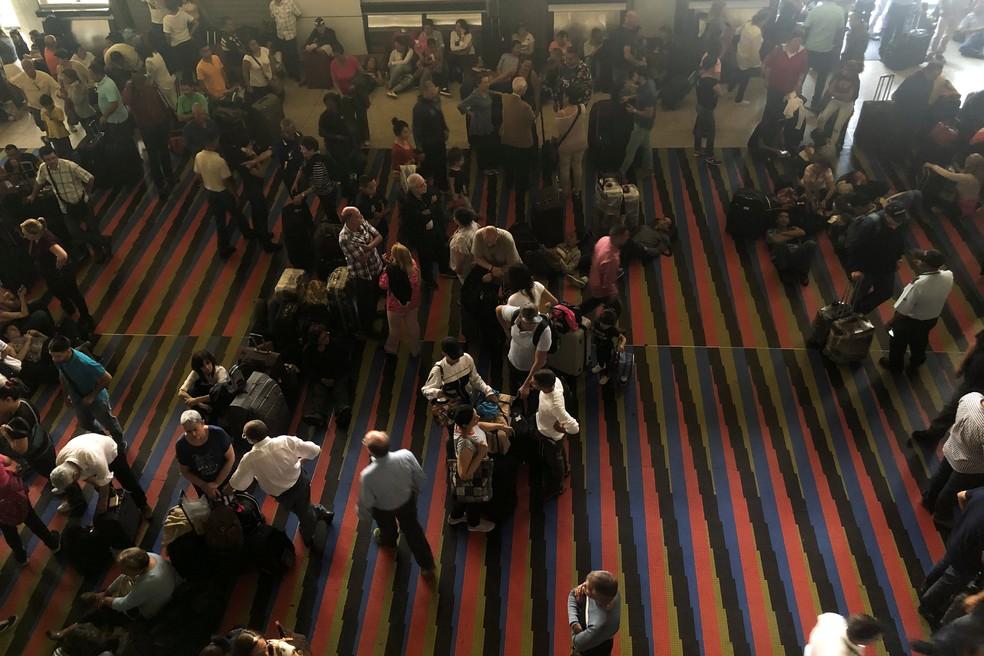 Passageiros no aeroporto de Simon Bolívar, na Venezuela, aglomeram-se em dia de apagão — Foto: Marco Bello/Reuters