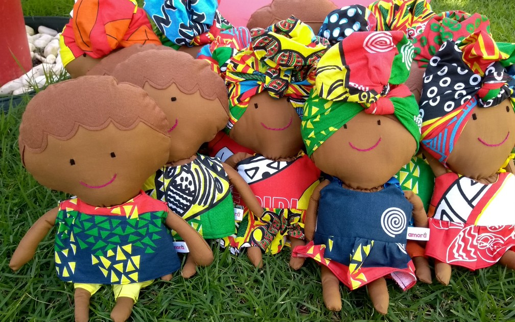 Para ser ainda mais inclusiva, a Amora Brinquedos Afirmativos também produz bonecos — Foto: Arquivo Pessoal/Amora Brinquedos Afirmativos