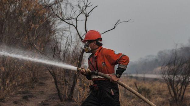 BBC - Só bombeiros e militares estão autorizados a se aproximar dos focos maiores de incêndio (Foto: MARCELO PÉREZ DEL CARPIO VIA BBC)