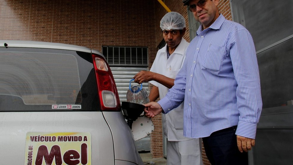 Luiz Jordans abastece seu carro com etanol à base de mel desde 2015 (Foto: Mário Bittencourt / BBC)