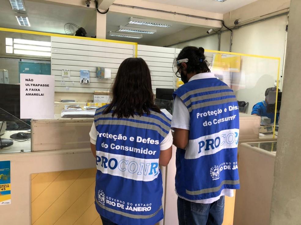 Operação do Procon-RJ fiscaliza agência dos Correios em Arraial do Cabo, no RJ — Foto: Procon-RJ