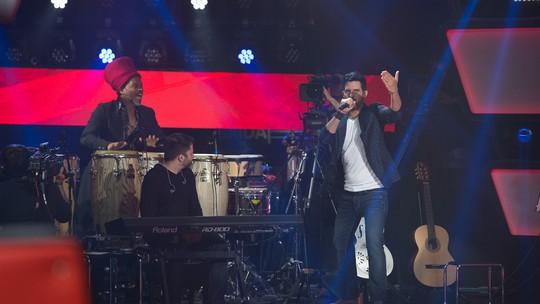 Cubano Alexey Martinez e Carlinhos Brown tocam juntos em trecho inédito do 'The Voice Brasil'