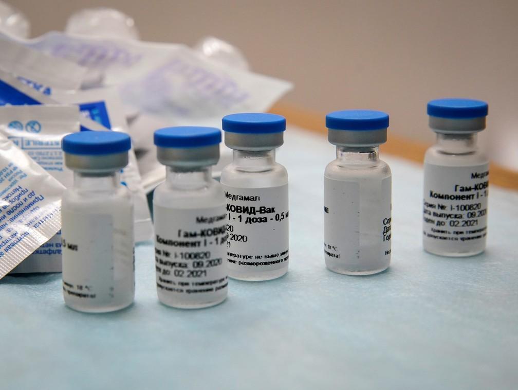 Frascos com a vacina russa Sputnik V que estão sendo produzidas já foram encomendadas pelo governo federal — Foto: Tatyana Makeyeva/Reuters