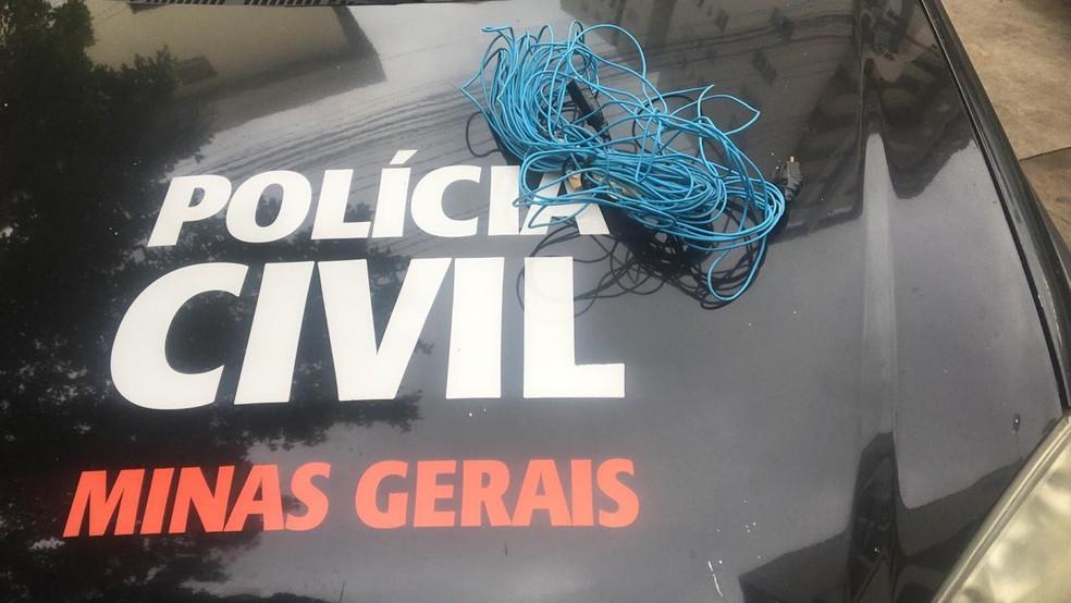 Fio usado pela mãe para bater na menina, segundo a polícia — Foto: Juliana Peixoto / Inter TV