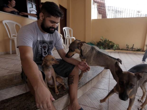 O filhote irá dividir os cuidados e atenção com outros três cães: Nara, Elis e Chico, também adotados por Olavo. (Foto: Sidney Oliveira/Agência Pará)