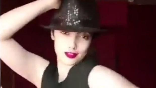 A jovem Maedeh Hojabri foi presa por aparecer nas redes sociais dançando sem usar o véu obrigatório na cabeça (Foto: imagemMAEDEH HOZHABRI/INSTAGRAM via BBC News Brasil)