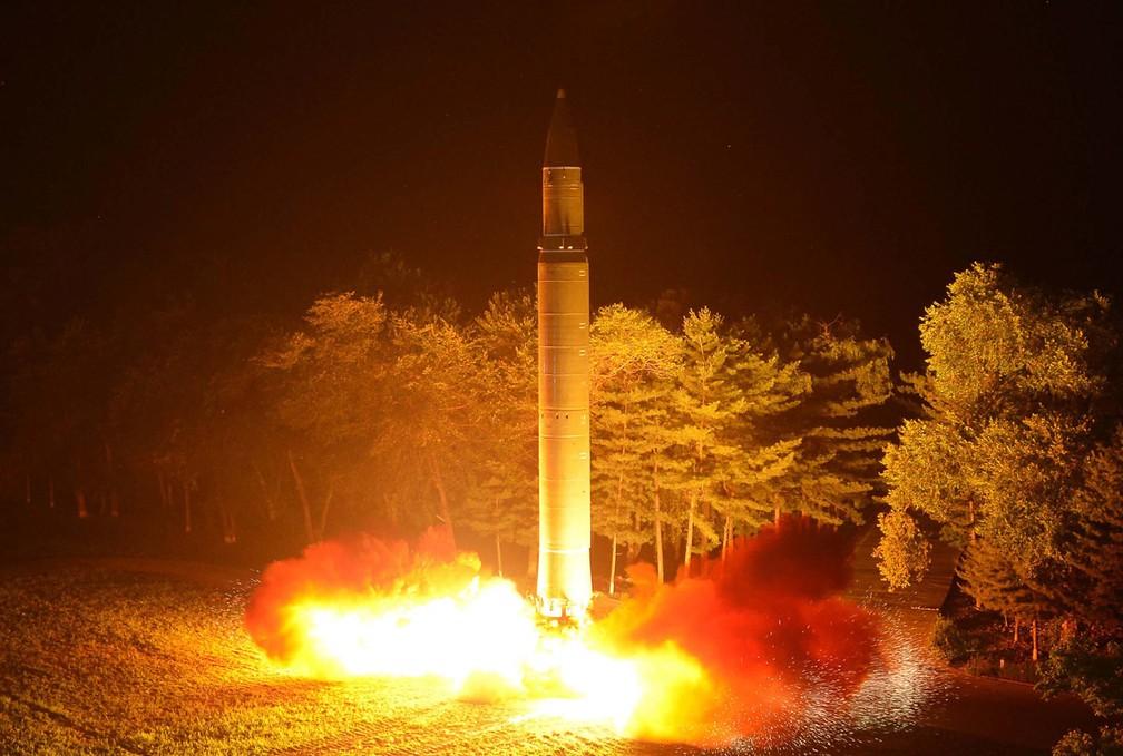 KCNA divulgou imagem do que ela diz ser o míssil balístico intercontinental Hwasong-14 de um local não identificado na Coreia do Norte, em julho de 2017 — Foto: Korean Central News Agency via AP
