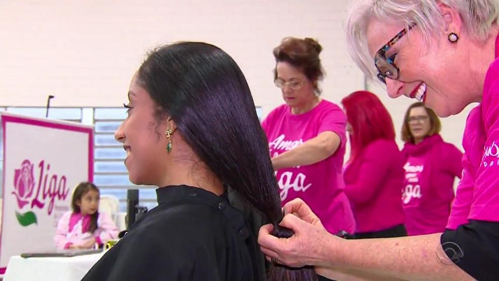 Prendas cortam cabelo para ajudar pacientes com câncer — Foto: Reprodução/RBS TV