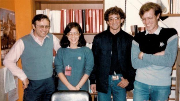 Liu Lin ao lado de outros cientistas brasileiros durante visita a acelerador de partículas nos EUA (Foto: Arquivo pessoal via BBC News Brasil)