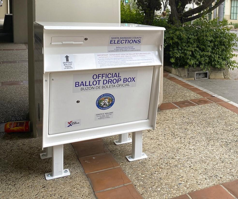 Imagem de uma urna oficial da autoridade eleitoral dos EUA — Foto: Divulgação/Santa Barbara County/Via AP
