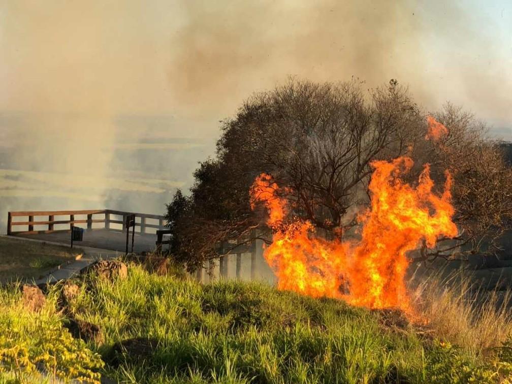Mirante de São Pedro foi atingido por fogo  — Foto: Erika Cerezer