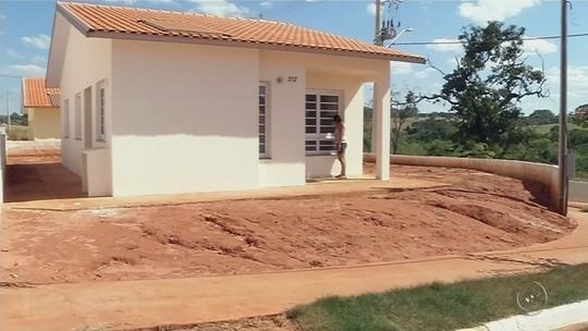 Famílias de Cosmorama aguardam entrega de casas populares há 4 meses