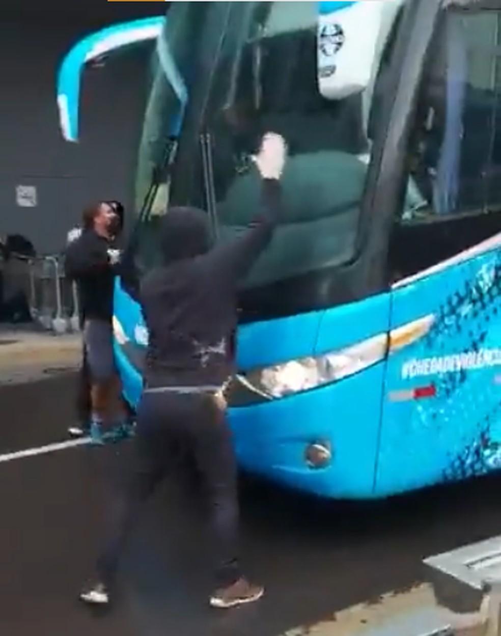 Protesto de torcedores do Grêmio  — Foto: Reprodução