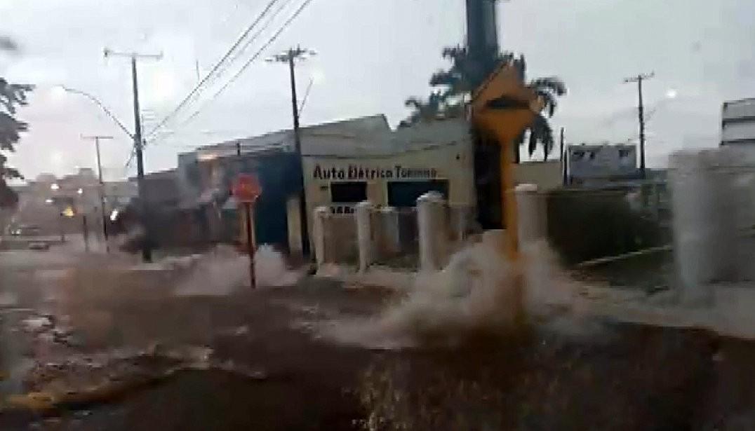 Chuva alaga ruas e avenidas e causa transtornos em São Carlos e Vargem Grande do Sul - Radio Evangelho Gospel