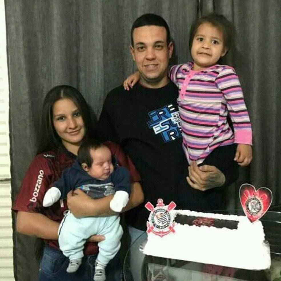 Família de Itapira (SP) busca recursos com campanha na internet para tratamento do filho com síndrome rara — Foto: Natália Matos/Arquivo Pessoal
