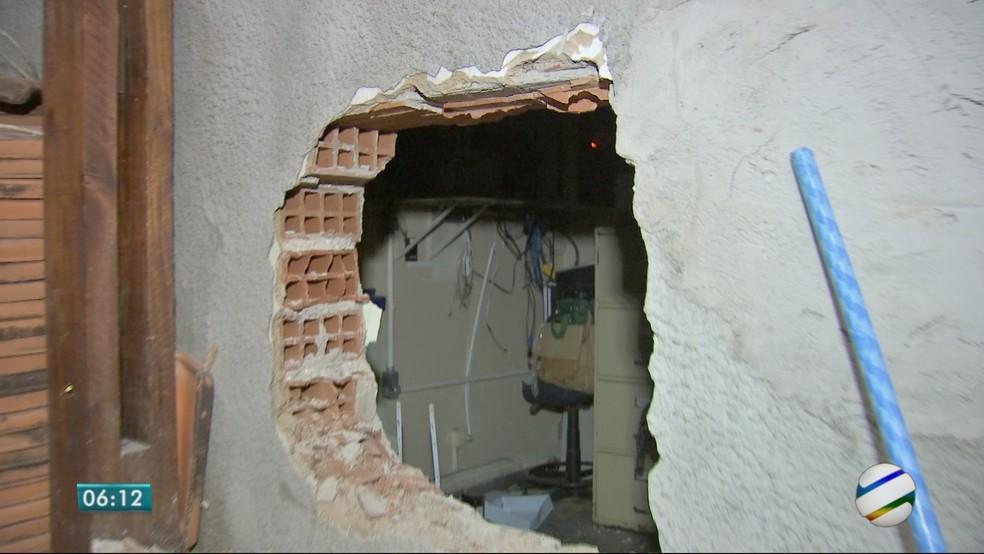 Assaltantes roubaram uma agência dos Correios na madrugada desta sexta-feira (20) no Bairro do Porto, em Cuiabá (Foto: TV Centro América)