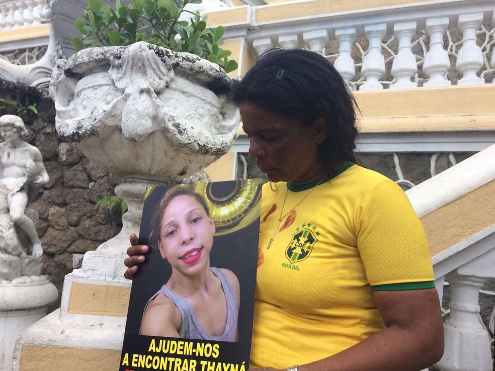 Mãe de Thayná participou do protesto (Foto: Kaíque Dias/ CBN Vitória)