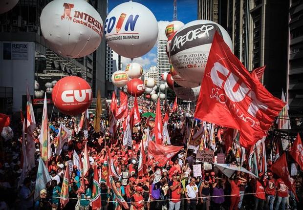Movimentos sociais e sindicatos organizam manifestação pelo Dia do Trabalho em São Paulo, na Avenida Paulista (Foto: FERNANDO BIZERRA/EFE)