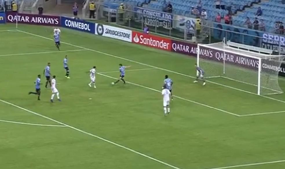 Defesa do Grêmio desorganizada no gol do Libertad — Foto: Reprodução