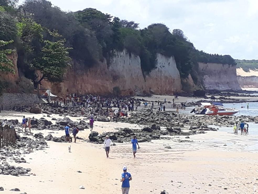 Praia de Pipa, logo depois do desabamento de parte de uma falésia. — Foto: Arquivo pessoal