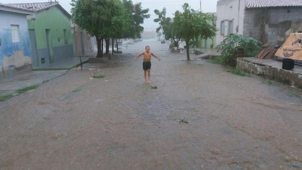 Criança sai à rua para tomar banho de chuva e comemorar em Jucurutu, RN (Foto: Rivanildo Júnior)