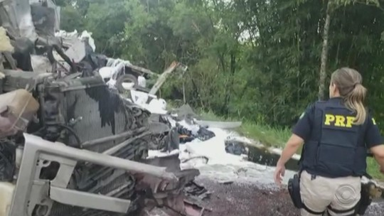 Acidente com cinco caminhões e um carro deixa vítima e causa bloqueio da BR-290