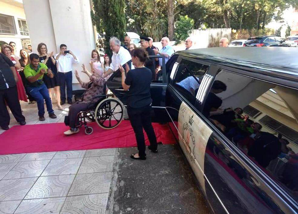 Após passear de limousine, dona Maria Leonor foi recebido por convidados na festa de 100 anos (Foto: Mari Bueno/Arquivo Pessoal)